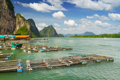 Réseaux de pêcheur dans le règlement de Panyee de KOH, Thaïlande Image libre de droits