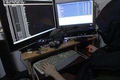 Réseaux pénétrants de pirate informatique criminel photo stock