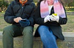 Réseaux sociaux en parc images libres de droits