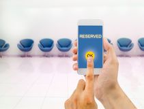 Réservé avec le smartphone images libres de droits