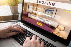 Réservation d'affaires de recherche de voyageur de voyage d'hôtel de réservation photo stock