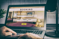 Réservation d'affaires de recherche de voyageur de voyage d'hôtel de réservation photographie stock