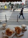 Réservation de Starbucks dans des newyears de décembre de Noël d'hiver de Milan photographie stock libre de droits
