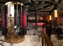 Réservation de Starbucks dans des newyears de décembre de Noël d'hiver de Milan photos libres de droits
