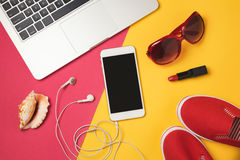 Réservation en ligne pour le concept de vacances de vacances d'été Smartphone, ordinateur portable et articles de plage Vue de ci photos libres de droits