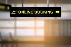 Réservation en ligne sur le panneau de signe d'aéroport photographie stock libre de droits