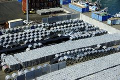 Réserve d'Aluminimum dans le port de Salerno, Italie photo stock