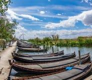 Réserve naturelle d'Albufera avec les bateaux et le pilier de pêche en bois à Catarroja, Valence Photo stock