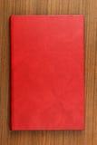 Réservez avec le cache en cuir rouge Images stock