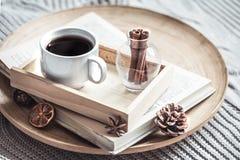 Réservez avec une tasse de café sur le lit photo libre de droits