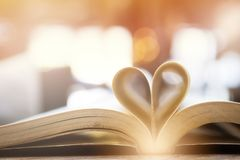 Réservez dans la forme de coeur, la sagesse et le jour de concept d'éducation, de livre du monde et de copyright Photos stock