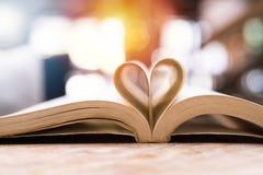 Réservez dans la forme de coeur, la sagesse et le jour de concept d'éducation, de livre du monde et de copyright Images stock