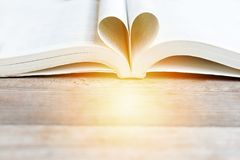 Réservez dans la forme de coeur, la sagesse et le jour de concept d'éducation, de livre du monde et de copyright Images libres de droits