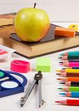Réservez, les accessoires d'école et les feuilles automnales, concept de nouveau à école Photo stock