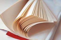 Réservez les pages, livre à leur tour, les feuilles blanches de livres avec les lettres noires Photos libres de droits