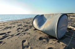 Réservoir abandonné sur la plage Photos stock