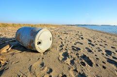 Réservoir abandonné sur la plage Images libres de droits