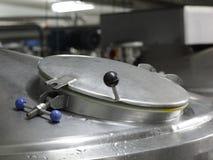 Réservoir argenté couvert de processus d'acier inoxydable Photos stock