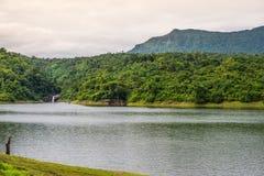 Réservoir avec le fond de montagne et de cascade Photo stock