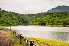 Réservoir avec le fond de montagne et de cascade Images libres de droits