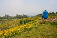 Réservoir bleu sur le sommet se développant photo libre de droits