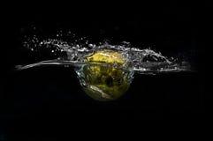 Réservoir d'éclaboussure de balle de tennis Photographie stock libre de droits