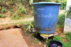 Réservoir d'approvisionnement en eau dans un village de l'Asie de l'Est, dans la jungle photos stock