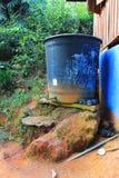 Réservoir d'approvisionnement en eau dans un village de l'Asie de l'Est, dans la jungle photos libres de droits