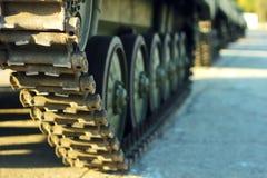 Réservoir d'artillerie lourde sur des militaires Photo stock