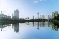 Réservoir d'eau avec des gratte-ciel sous le ciel clair Photos libres de droits