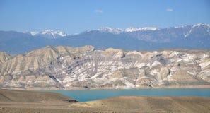 Réservoir d'eau de Toktogul avec les montagnes rayées Image libre de droits