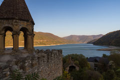 Réservoir d'eau de Zhinval, et forteresse d'Ananuri, la Géorgie Images stock