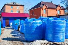 Réservoir d'eau en plastique bleu Image libre de droits