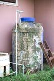 Réservoir d'eau en plastique sale Images stock