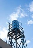 Réservoir d'eau et ciel bleu Image stock