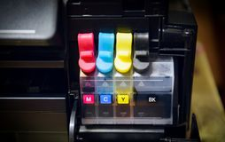 Réservoir d'encre d'imprimerie pour la recharge au bureau - fin vers le haut de jet d'encre de cartouche d'imprimante de couleur  photographie stock