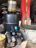 Réservoir d'huile à moteur et filtre à huile utilisés photographie stock libre de droits