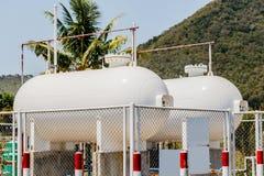 Réservoir de carburant inflammable à l'arrière-plan de montagne Photographie stock libre de droits