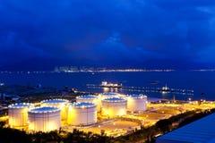 Réservoir de carburant la nuit Photos libres de droits