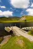 Réservoir de Llyn y Dywarchen avec deux bateaux à rames par la jetée, Snowd photo libre de droits