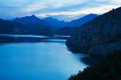 Réservoir de montagne au crépuscule Photos stock