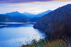 Réservoir de montagne au crépuscule d'été Image libre de droits