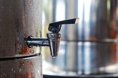 Réservoir de refroidisseur d'eau de boissons en partie extérieure avec de l'eau froide images libres de droits