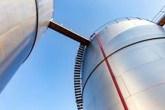 Réservoir de stockage de pétrole à l'arrière-plan de ciel bleu Photographie stock