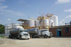 Réservoir de stockage et camion-citerne aspirateur chimiques Photo libre de droits