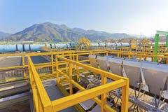 Réservoir de traitement de l'eau avec les eaux usées  Images stock