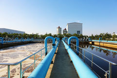 Réservoir de traitement de l'eau avec les eaux usées avec le procédé d'aération Images stock