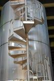 Réservoir de vin avec les escaliers en spirale photos stock