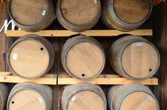 Réservoir de vin sur le fond en bois Image libre de droits
