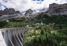 Réservoir et barrage près de la confiture d'oranges dans les dolomites en Italie photographie stock